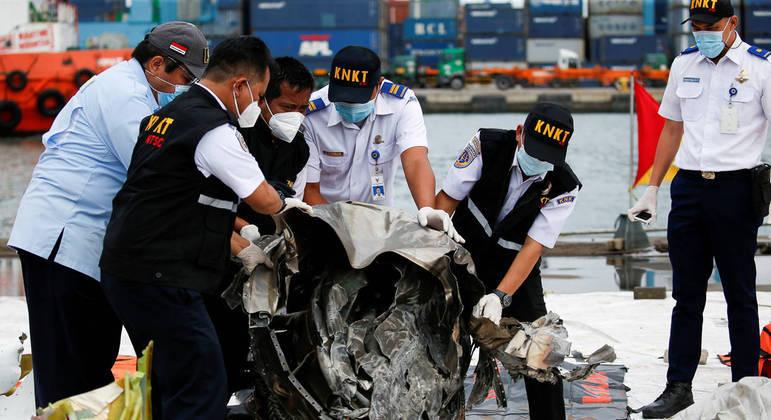 Acidente aéreo na Indonésia matou as 62 pessoas que estavam a bordo