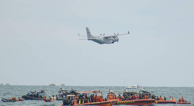 Indonésia suspende buscas por avião que caiu no começo do mês
