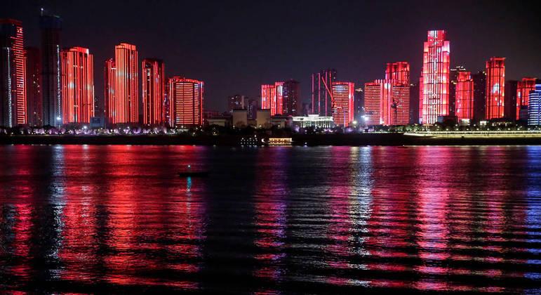 Show de luzes em Wuhan: enquanto economias quebram, a China decola
