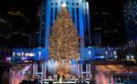 New York City Mayor Bill de Blasio (L) and Rob Speyer light the Christmas tree at Rockefeller Center amid coronavirus disease (COVID-19) restrictions in New York City, New York, U.S., December 2, 2020. REUTERS/Eduardo Munoz