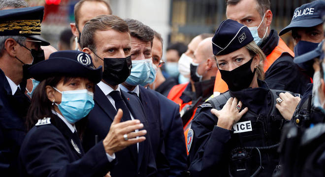 O presidente Emanuel Macron foi até Nice prestar condolências pelas mortes