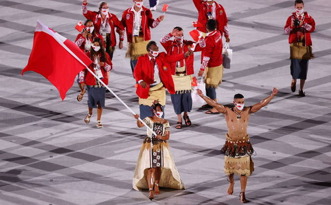 Taufatofua estava acompanhado da atleta Malia Paseka, também lutadora