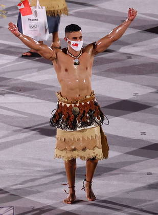 Taufatofua é atleta do taekwondo e tem 37 anos. Ele ficou famoso por conta do brilho de seu corpo besuntado em óleo de coco. Em entrevistas, ele mesmo reconheceu que exagerou na dose