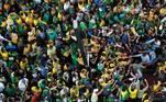 Presidente Jair Bolsonaro cumprimenta apoiadores na chegada à avenida Paulista