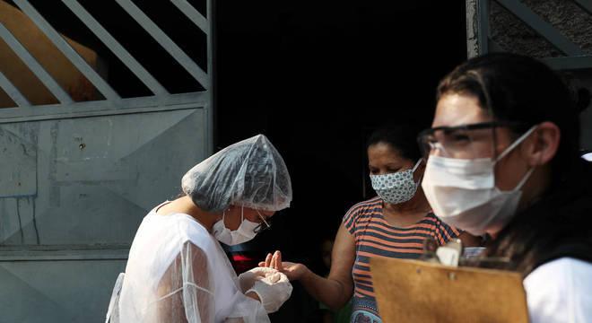 Moradores de Heliópolis fazem teste para presença do coronavírus
