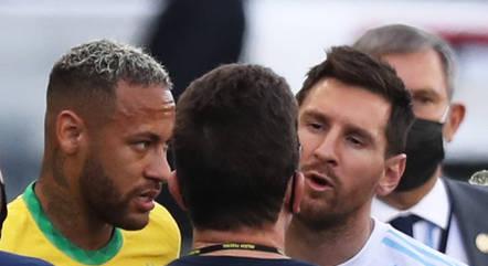 Messi e Neymar conversam com autoridade da Anvisa
