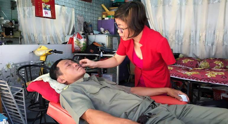 Le Thi Kim Tram, do Vietnã, encontrou outra forma de trabalhar mesmo sem um braço
