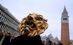 Mesmo assim, um grupo de festeiros foi às ruas exibir suas máscaras