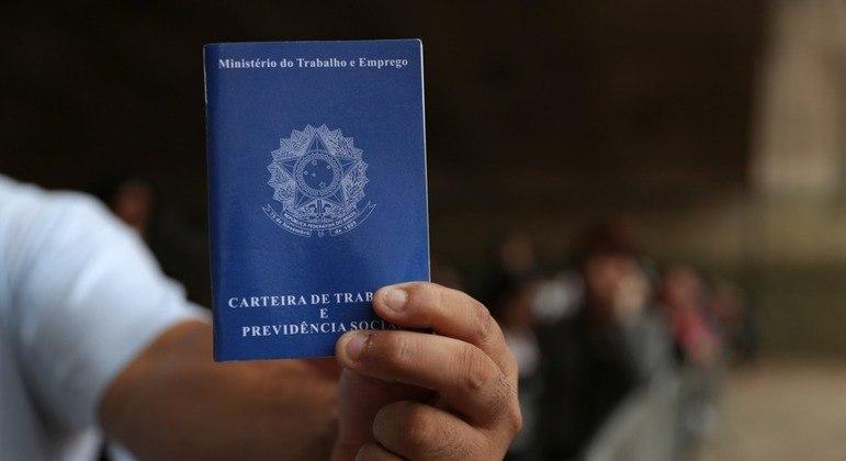 Regras contidas nas duas MPs terão efeito imediato: expectativa é que Bolsonaro reedite medidas nesta terça (27)