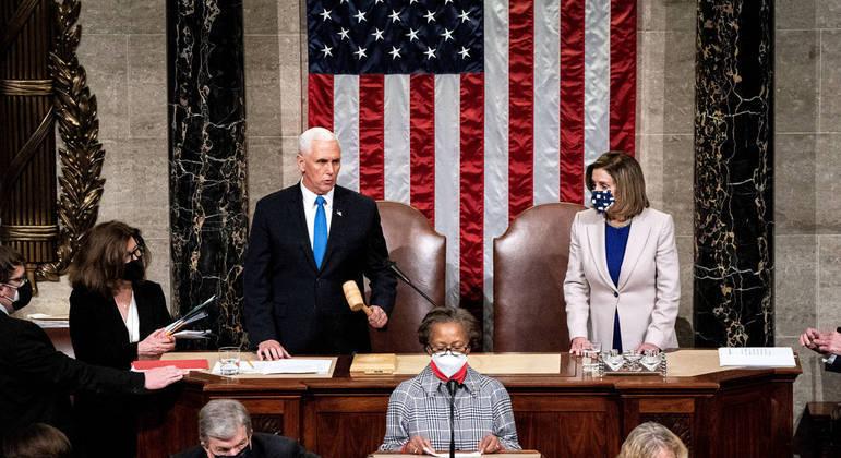 Vice Presidente Mike Pence e a deputada Nancy Pelosi na sessão do Congresso americano para certificar a vitória de Joe Biden na corrida eleitoral.  Janeiro, 7, 2021. Erin Schaff/Pool via REUTERS REFILE - CORRECTING DATE