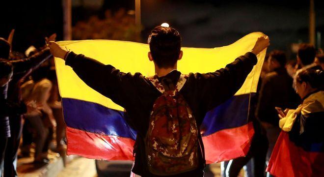Manifestando com bandeira da Colômbia durante protesto