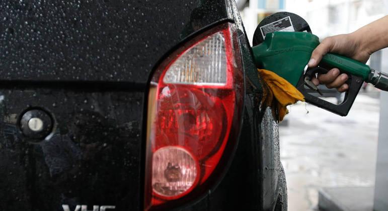 Carro é abastecido com etanol em posto de combustíveis no Rio de Janeiro