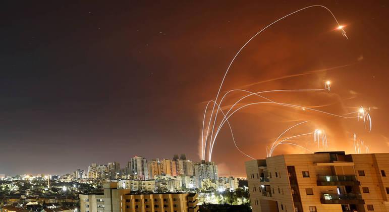 Foguetes interceptados pelo sistema anti-misseis, lançados de Gaza e vistos de Ashkelon