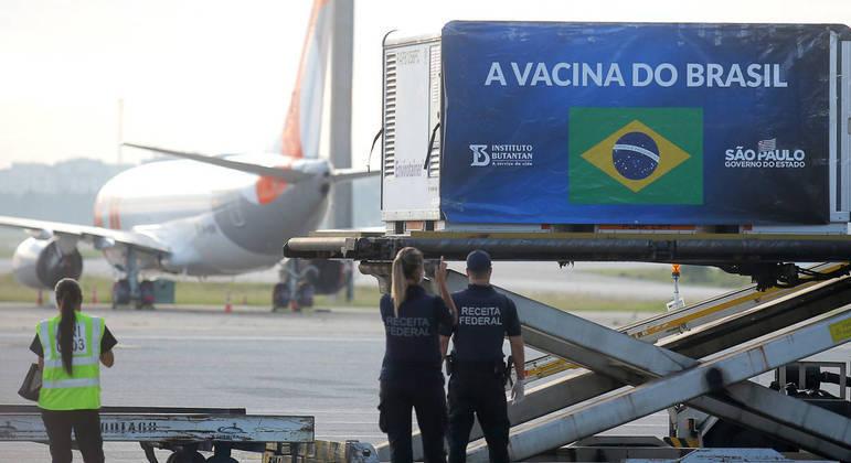 Chegada de container com insumos para a produção de Coronavac em São Paulo