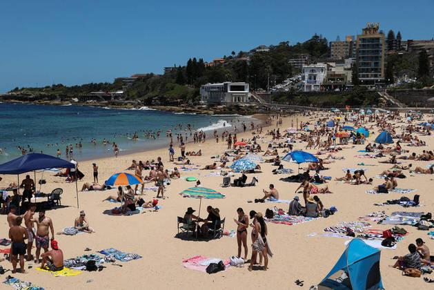 Beachgoers enjoy a summer day at Coogee Beach following an outbreak of the coronavirus disease (COVID-19) in Sydney, Australia, January 13, 2021. REUTERS/Loren Elliott