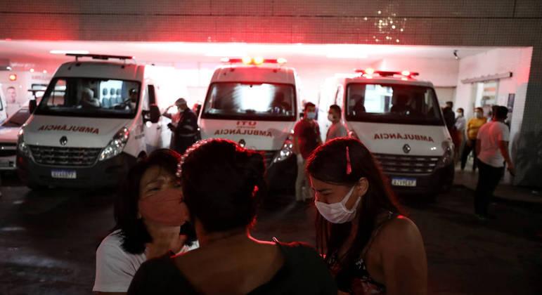 Parentes de pacientes de covid-19 se desesperam durante situação de colapso em Manaus