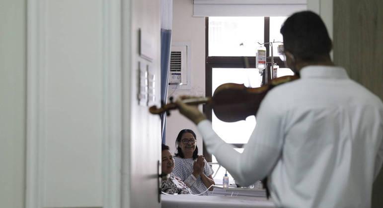 Pacientes que se recuperam da covid-19 também ouviram o músico em ação