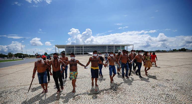 Grupo de indígenas faz protesto em Brasília