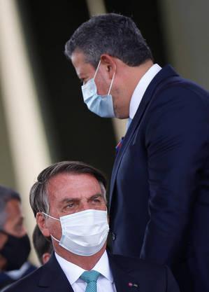 Bolsonaro ao lado de Arthur Lira durante cerimônia do Dia do Soldado, em Brasília