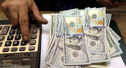 Dólar recua 0,43% após alta de 0.66% de sexta-feira