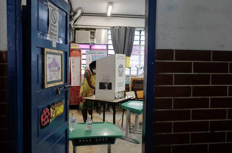 Mulher vota no Complexo do Alemão, no Rio