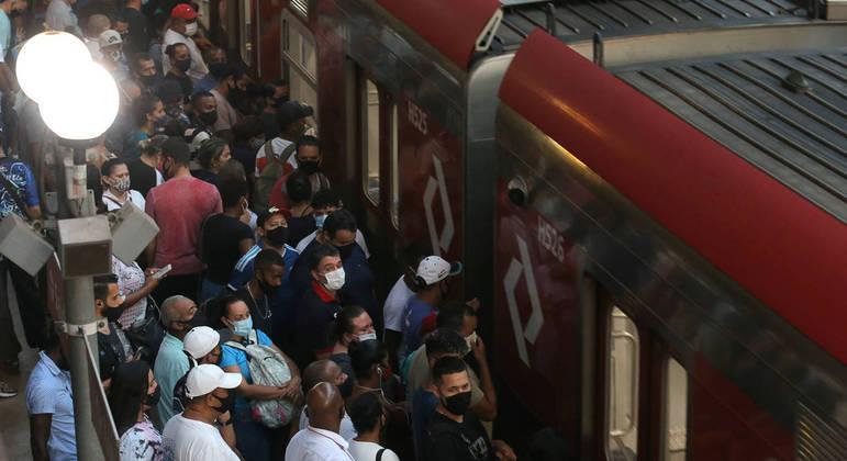 Passageiros esperam para entrar em trem da CPTM