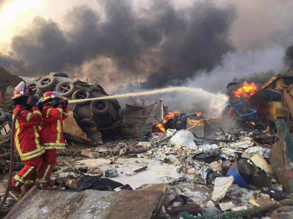 Bombeiros apagam incêndio no porto de Beirute