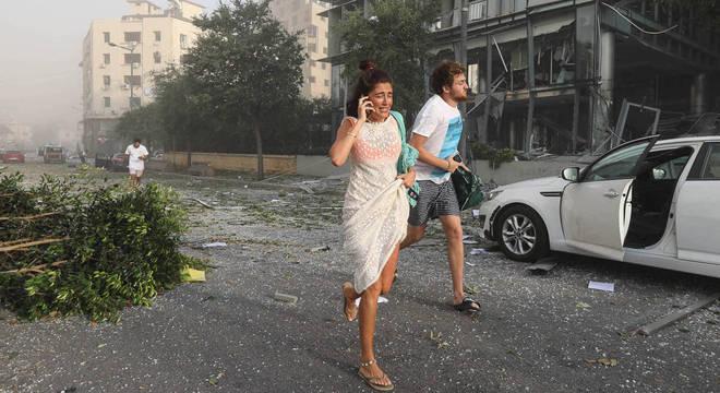 Pessoas correm nas ruas de Beirute após megaexplosão em zona portuária