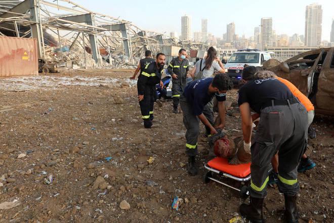 Em uma série de fotografias dramáticas, ele registrou o resgate do homem, além de ajudar os socorristas a mover o carro para libertá-lo.Azakir foi informado pelos socorristas que o homem estava sendo levado para um hospital.