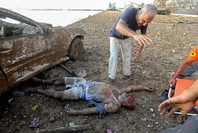 A princípio, Azakir pensou que o homem estava morto.Mas então o homem abriu os olhos e começou a agitar os braços e pedir ajuda.Azakir chamou alguns socorristas que estavam por perto