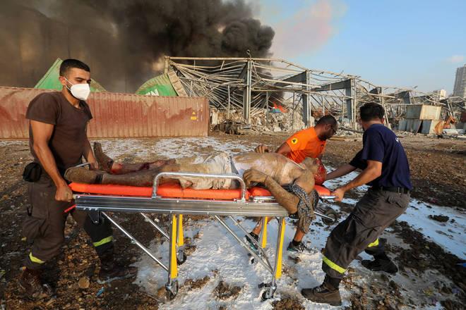 Azakir tirou fotos do homem sendo transferido para uma maca e levado embora, a fumaça negra ainda brotando de silos destruídos no fundo. 'Foi como um filme de terror filmado em uma cidade devastada', disse o fotojornalista,
