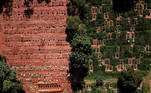 Aerial view of graves as new burials are suspended, except private deposits and children, at Vila Nova Cachoeirinha cemetery amid the outbreak of the coronavirus disease (COVID-19) in Sao Paulo, Brazil, April 1, 2021. Picture taken with a drone. REUTERS/Amanda Perobelli