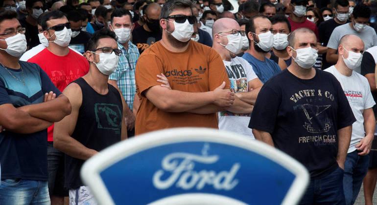 Trabalhadores protestam com fechamento da Ford em Taubaté