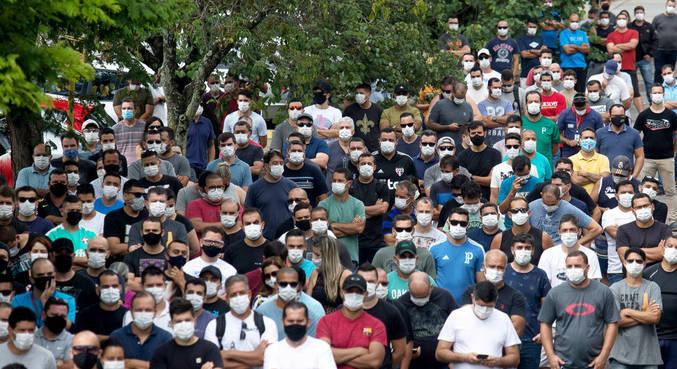 Trabalhadores da Ford de Taubaté, durante assembleia