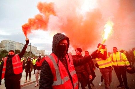 Franceses protestam contra novas medidas de Macron