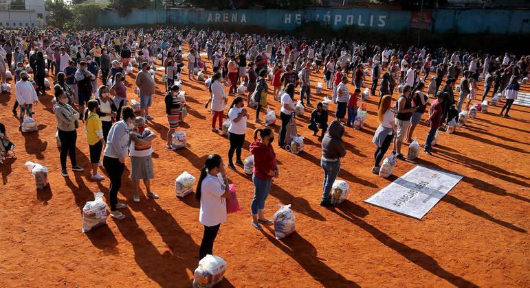 Moradores de Heliópolis receberam cestas básicas nesta quarta-feira (14)