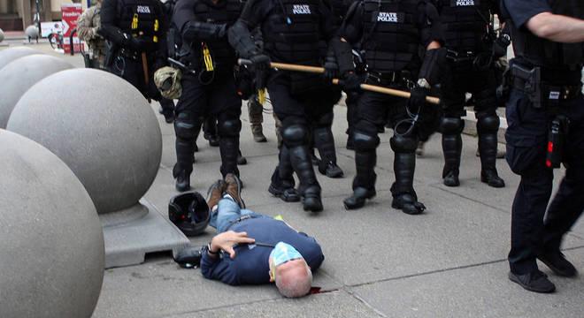 Martin Gugino caído no chão, sangrando, após ser agredido pelos policiais em Buffalo