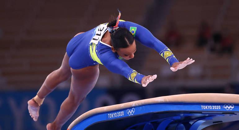 Rebeca Andrade no exercício do salto sobre a mesa