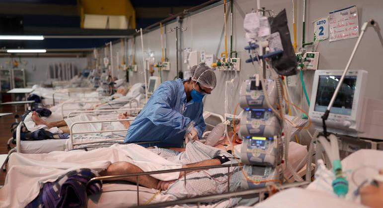 Pacientes são tratados em hospital de campanha na cidade de Santo André (SP)