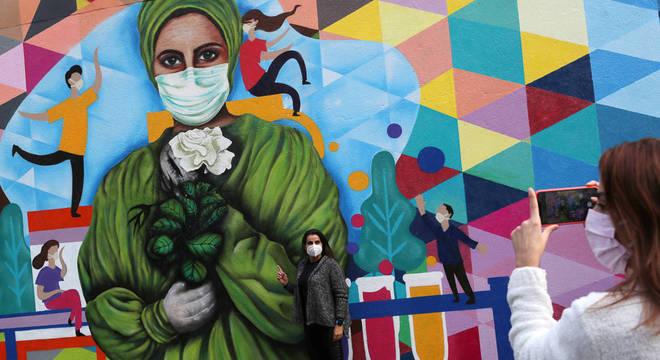 Grafite em São Paulo presta homenagem a trabalhadores da Saúde