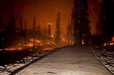Estrada foi totalmente bloqueada pelas chamas