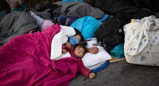 Cerca de 400 menores ficaram desabrigados após incêndio no campo de Moria