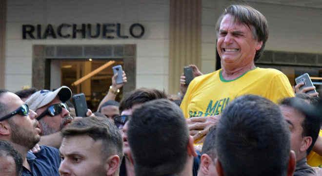 Momento em que Jair Bolsonaro é atacado durante campanha em Juiz de Fora