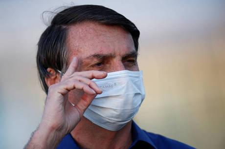 Bolsonaro toma hidroxicloroquina em seu tratamento