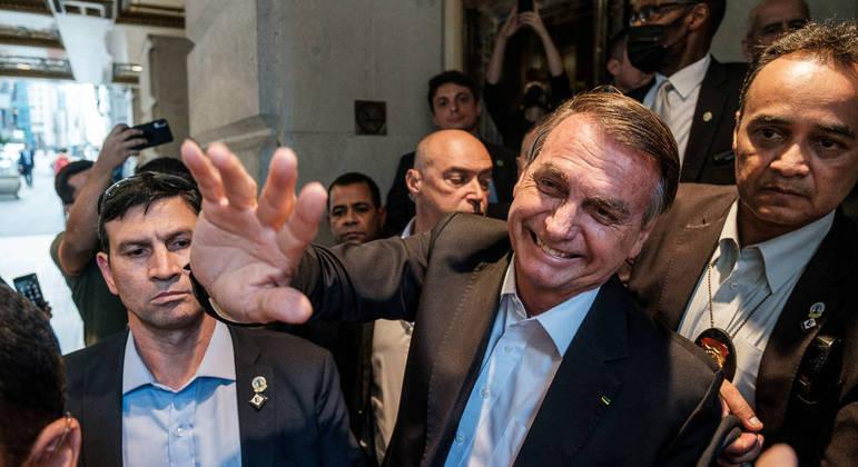 Bolsonaro cumprimenta admiradores durante sua passagem por Nova York, nesta semana