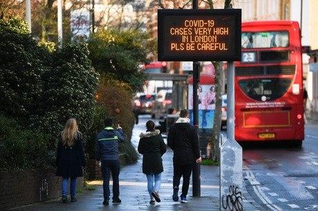Placa exibe mensagem sobre aumento de casos em Londres e pede cuidado aos habitantes