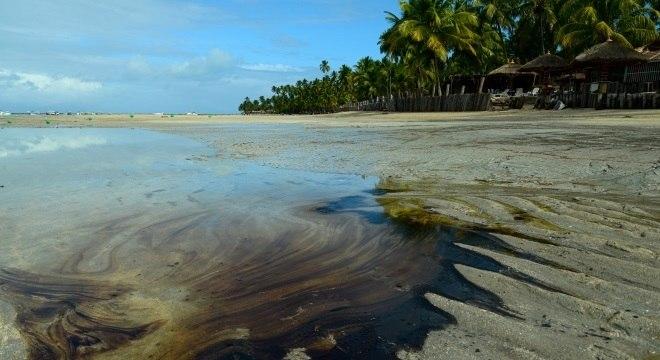 Óleo atinge diversas praias do Nordeste desde o início de setembro