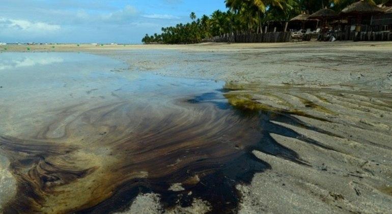 A mancha sumiu, mas o óleo pode pode estar submerso na areia ou preso nas rochas