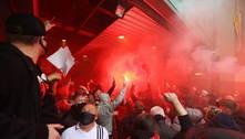 Fãs invadem estádio e protestam contra donos do Manchester United