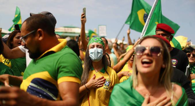 Manifestantes se aglomeraram sem máscaras em ato pró-Bolsonaro